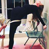 Ex-Spice-Girl Geri Halliwell dehnt sich und ihre süße Babykugel beim Schwangerschaftsyoga