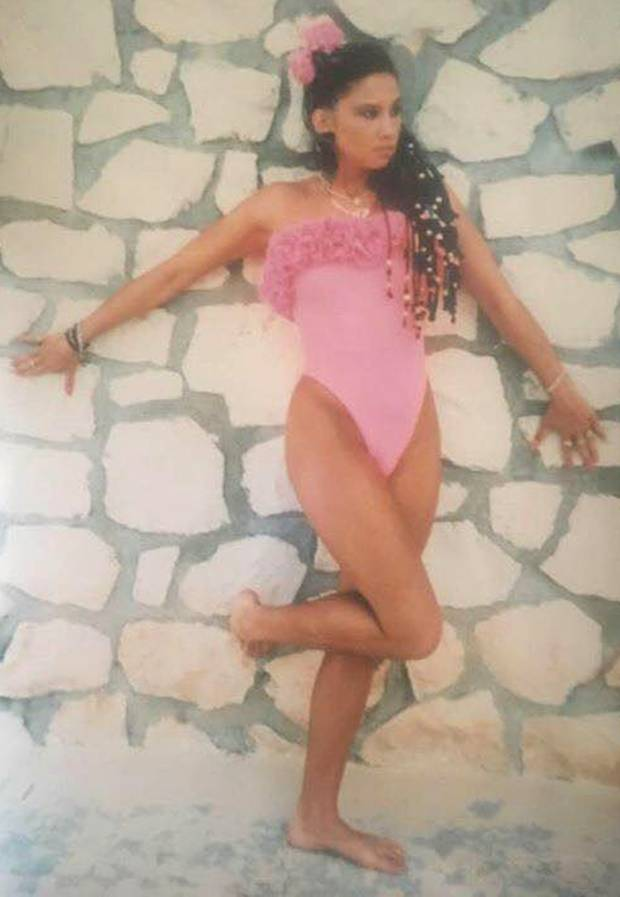 """""""Sweet 17"""" schreibt Carmen Geiss zu diesem Foto auf Facebook. Im rosafarbenen Badeanzug und mit wilden Rastazöpfen zeigt sich der Reality-Star in einer sexy Pose."""