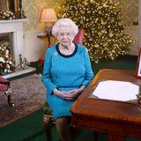 Während ihrer traditionellen Weihnachtsansprache im Fernsehen, lies Königin Elizabeth II. so einigen Nerds das Herz höher schlagen. In ihrem blauen Kleid sorgte ihre Majestät für einen genauso witzigen wie ungewollten Vergleich. Aber sehen Sie selbst ...