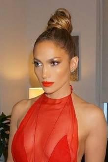 """Nein, das ist keine Wachsfigur von Superstar Jennifer Lopez bei """"Madame Tussauds"""". Die Sängerin postete diesen Schnappschuss von sich während einer Anprobe auf Instagram. Hier scheint der Beauty-Doc wohl mehr als nur einmal am Werk gewesen zu sein..."""