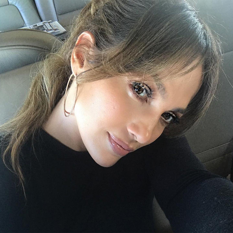 Verträumt neigt JLo ihren hübschen Kopf auf diesem Selfie zur Seite, und war damit vielleicht eine Inspiration für Grace Capristo.