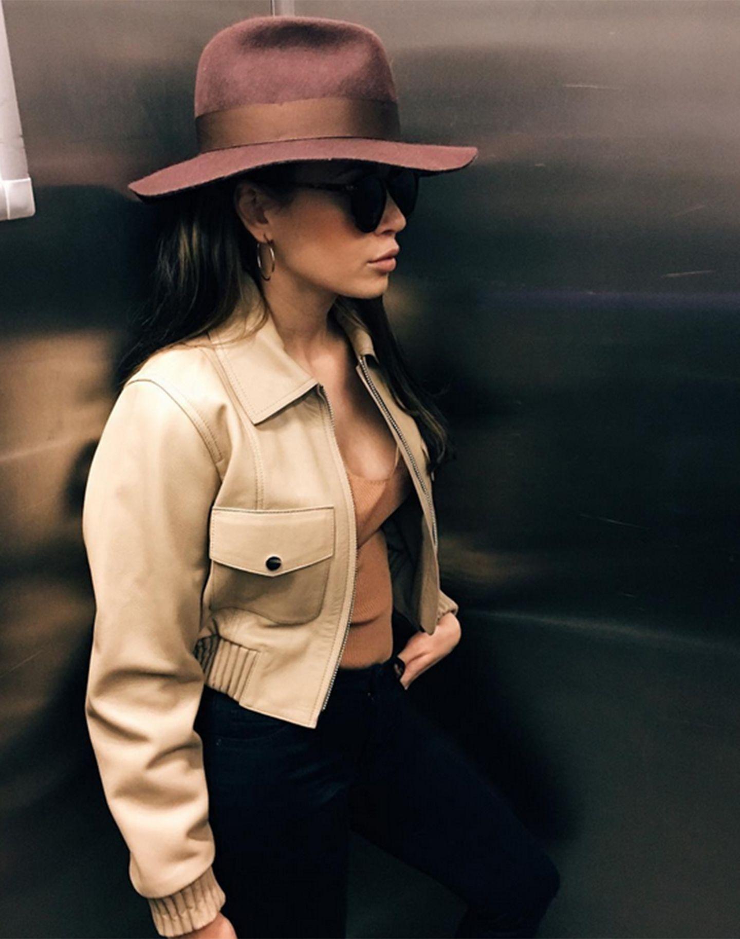 Wie Jennifer Lopez gehört auch Grace Capristo zu denjenigen, die mit Hüten sehr lässig statt lächerlich aussehen.