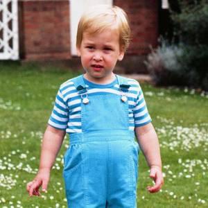 Prinz William feiert seinen zweiten Geburtstag 1984. Im Garten des Kensington Palace gibt es deswegen einen Fototermin, den der kleine Prinz offenbar nicht sonderlich spaßig findet.