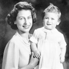 Zwei Tage vor dem zweiten Geburtstag von Prinz Charles ensteht 1949 dieses fröhliche Bild von ihm und seiner Mutter Prinzessin Elizabeth. Man hält für den kleinen Prinzen fest, er wiege 11,11 Kilogramm, habe sechs Zähne und könnte einige Schritte laufen. Zumindest die Haartolle meint man später an Prinz George wiederzuentdecken ...
