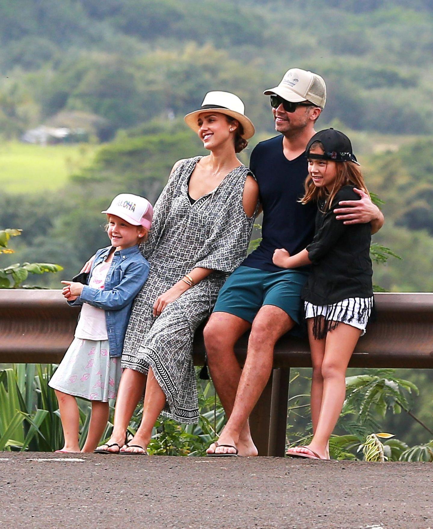 Ein Erinnerungsfoto an den Familienurlaub: Jessica Alba und Ehemann Cash Warren lassen sich mit ihren Kids Honor Marie und Haven Garner ablichten.
