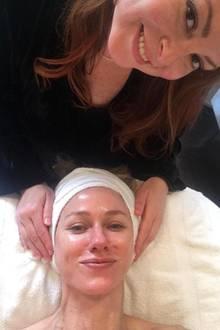 """Naomi Watts verbringt ihren freien Tag bei der Kosmetikerin. Bei Joanna Vargas in New York kann sie offenbar besonders gut entspannen. """"Wir sind gute Freunde geworden, denn sie kann mit ihren Händen zaubern und sie schwört mir, dass ich nicht schnarche"""", scherzt die Schauspielerin zu diesem Bild, das sie nach dem Facial auf Instagram teilt."""