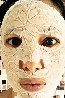 Hollywood-Beauty Jessica Biel postete auf Instagram dieses Selfie mit einer etwas anderen Beauty-Maske im Gesicht. Ob es sich dabei tatsächlich um eine reichhaltige Feuchtigkeitspflege handelt ist eher fraglich. Ein Hingucker ist es dennoch allemal.
