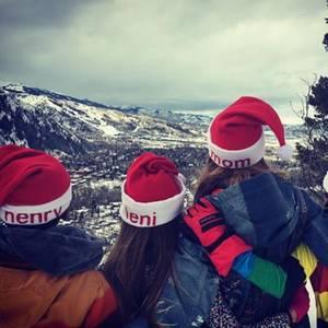 24. Dezember 2016 - In den Bergen   Winterliche Kulisse, Schnee und Berge, so sieht Weihnachten für Familie Klum aus. In personalisierten Santa-Mützen grüßt die Modelmama alle Fans.