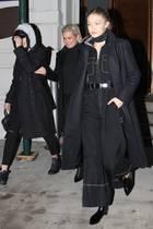 """Wir gehören zusammen! Im schwarzen Partnerlook verlassen die Hadid-Schwestern und Mama Yolanda Gigis Apartment. Die drei Damen sind auf dem Weg ins Szene-Restaurant """"Nobu"""", wo sie Yolandas Geburtstag feierten."""