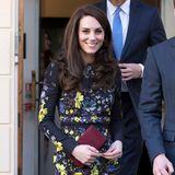 """Bei einem royalen Termin in London präsentierte sich Herzogin Catherine in einem floralen """"Erdem""""-Kleid für rund 1.200 Euro."""
