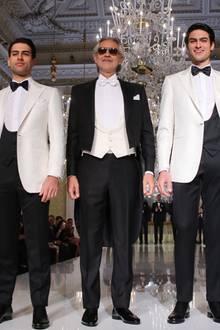 """Star-Tenor Andrea Bocelli scheint sein gutes Aussehen offensichtlich an seine beiden Söhne Amos (links) und Matteao weitervererbt zu haben. Auf dem Catwalk des Florentiner Luxus-Schneiders """"Stefan Ricci"""" machten die drei bei ihrem Laufstegdebüt auf jeden Fall eine gute Figur."""