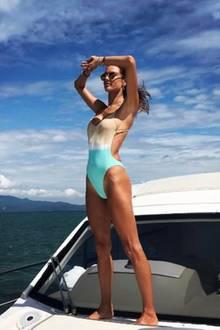 Baywatch von der Luxusjacht aus: Alessandra Ambrosio überwacht in ihrem eigenen Badeanzugdesign die Küste Brasiliens.