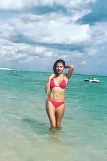 Entgegen aller Schwangerschaftsgerüchte zeigt Cathy Hummels im Urlaub ihren gut durchtrainierten Körper in einem heissen roten Zweiteiler.