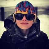 Januar 2017   Endlich Schnee! Samuel ist bestens vorbereitet mit Mütze und Sonnenbrille und freut sich auf die Schneeballschlacht, aber erstmal cool in die Kamera schauen.