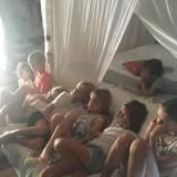 Dezember 2016   Zuviel Sonne, da hilft nur Vorhänge zuziehen und mit den Geschwistern und Freunden einen Film ansehen.