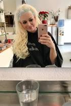 Geduldig sitzt Daniela Katzenberger beim Friseur und lässt sich den Ansatz färben. Natürlich hält die Blondine diesen Moment mit ihrem Handy fest.