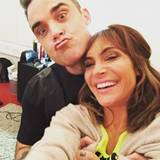 Dezember 2016   Beherzt packt Robbie seine Frau Ayda Field von hinten. Sie lacht und er zieht dabei Grimassen