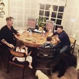 Dezember 2016   Während der große Entertainer Robbie Williams seinen Kindern Weihnachtslieder schmettert, wirken die beiden eher gelangweilt.