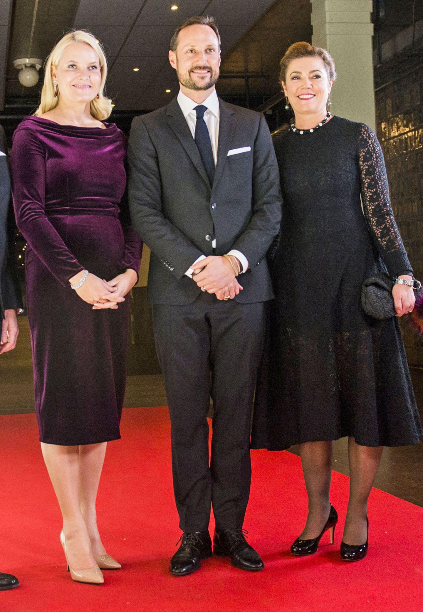Kronprinzessin Mette-Marit von Norwegen besucht in einem schmalen Samtkleid ein Dinner der NHO-Jahreskonferenz. Aber ob diese dunkelrote Robe wirklich so vorteilhaft an der schönen Blondine aussieht?! Fraglich.