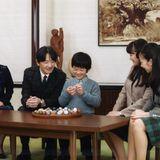 30. November 2016  Prinz Akishino wird 51 Jahre alt und lässt sich mit seiner Familie fotografieren. Um den Tisch versammelt haben sich seine drei Kinder Hisahito, Mako, Kako und seine Frau Kiko.