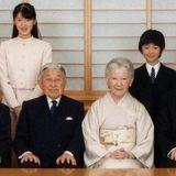 28. November 2016  Japans Kaiserpaar lässt ein Foto veröffentlichen, dass die ganze Familie gemeinsam zeigt. Prinz Naruhito und seine Frau Masako und Tochter Aiko sowie Prinz Akishino und dessen Ehefrau Kiko mit den Kindern Mako, Kako und Hisahito.
