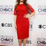 Im roten Spitzendress zeigt sich Mayim Bialek zwar nicht sonderlich glamourös, befindet sich aber im mittleren Fashion-Feld der People's Choice Awards.