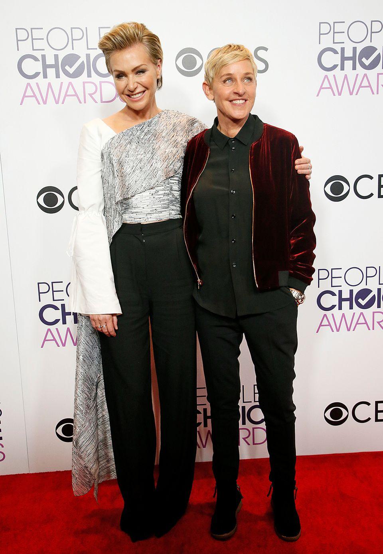 Star-Moderatorin Ellen DeGeneres und ihre Frau Portia de Rossi sind im Hosen-Partnerlook auf dem roten Teppich zu sehen.