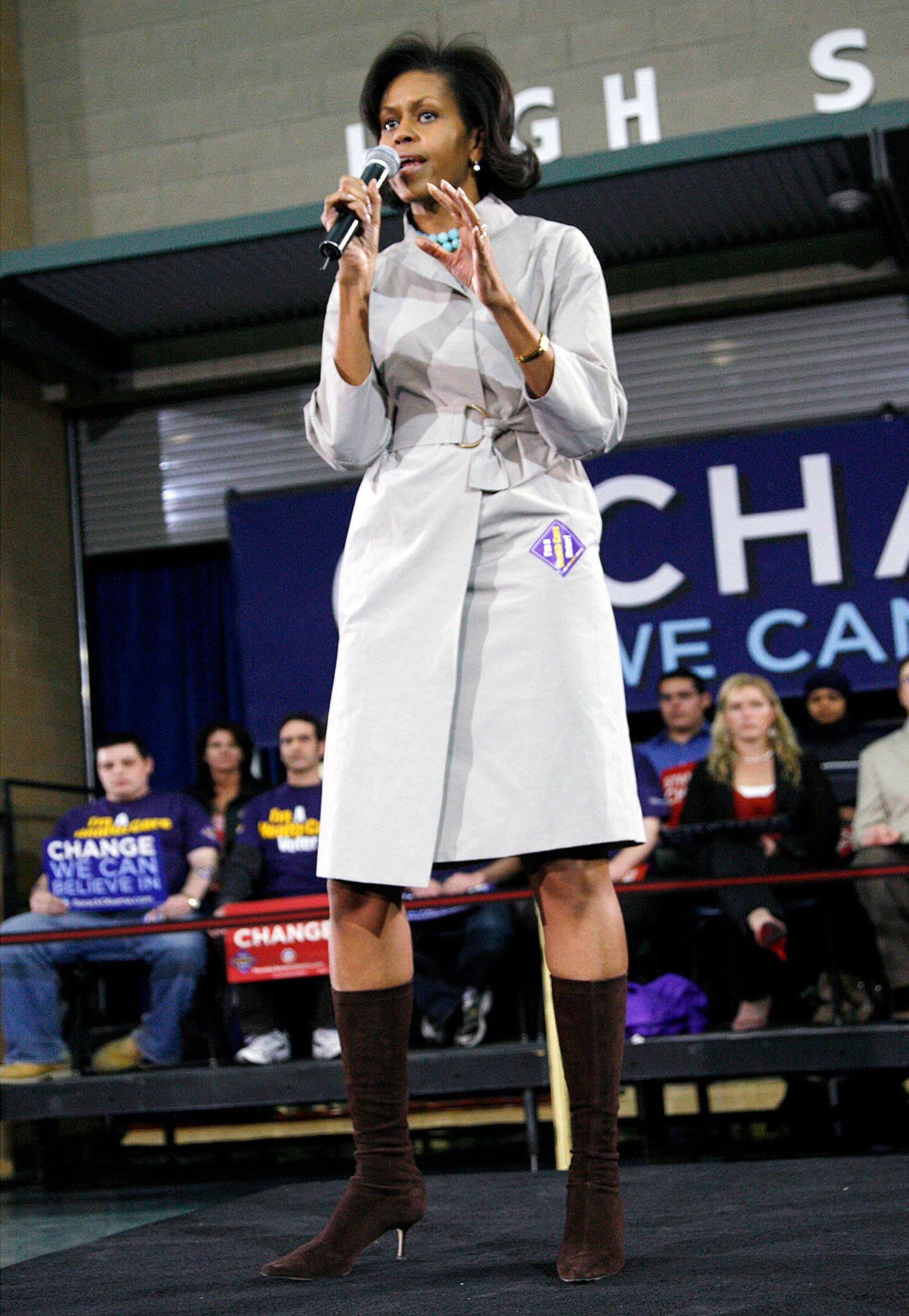 Im Wahlkampf für ihren Mann zeigte sich Michelle Obama 2008 auch gern mal in toughen Outfits wie diesem Trenchcoat-Kleid mit Wildlederstiefeln.