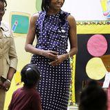 """Im Polka-Dot-Outfit erfreute Michelle Obama im Mai 2009 die Schüler und Lehrer der """"Ferebee Hope""""-Grundschule in Washington."""