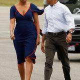 Ab in den verdienten Urlaub nach Martha's Vineyard geht es für Michelle im eleganten, blauen Sommerkleid.