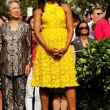 Im sonnengelben, floralen Spitzendress ist Michelle beim Empfang des Premierministers von Singapur Lee Hsien Loong und seiner Frau Ho Ching ein strahlender Hingucker.