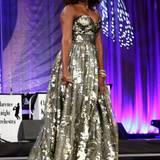 Silbrig-weiß glänzt Michelle Obamas Traumkleid beim jährlichen Ball der Congressional Black Caucus Foundation.