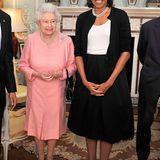 Zurückhaltend im schwarz-weißen Ensemble besucht Michelle Obama im April 2009 mit ihrem Mann Barack Queen Elizabeth im Buckingham Palast.