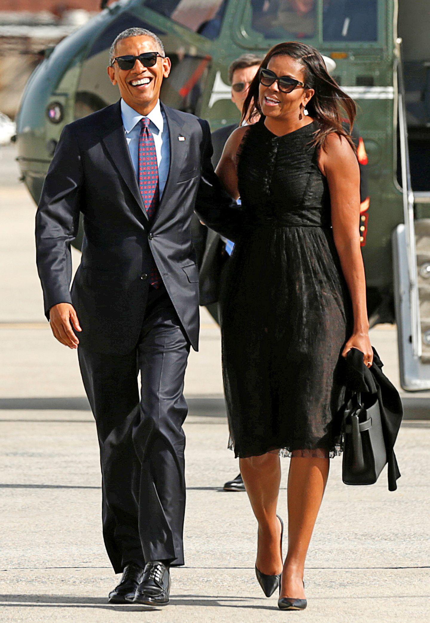 Auch das Kleine Schwarze sieht an der First Lady toll aus.