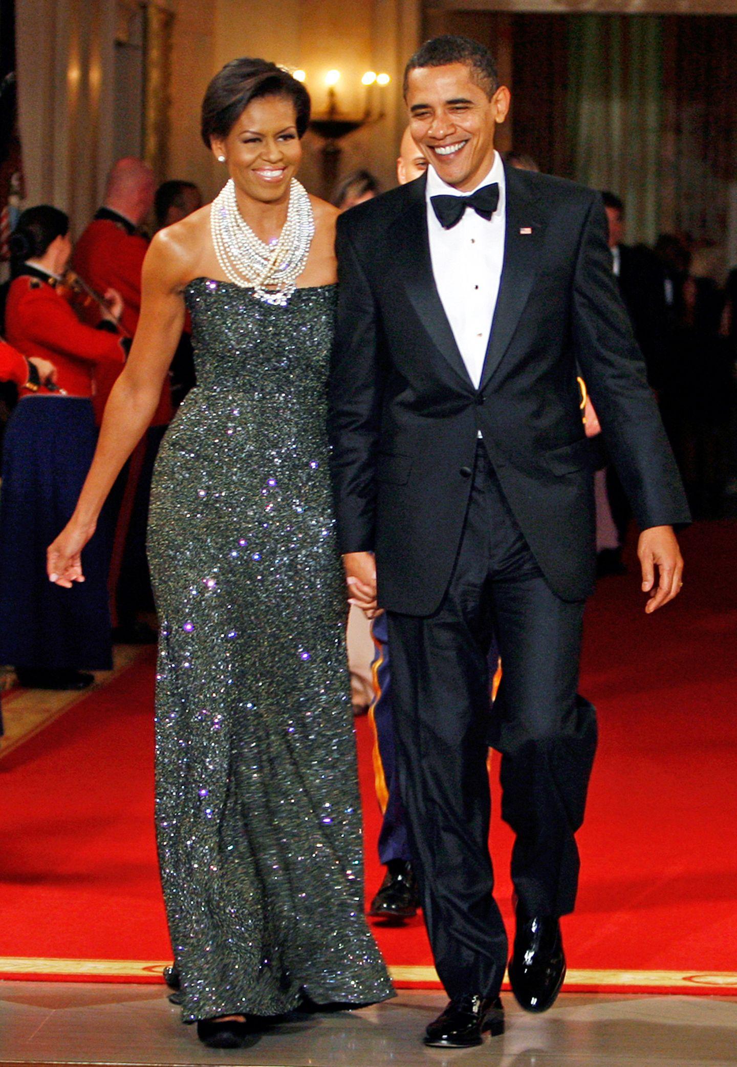 Beim Governor's Dinner 2009 beeindruckt Michelle Obama im grau-glitzernden Glamour-Kleid.