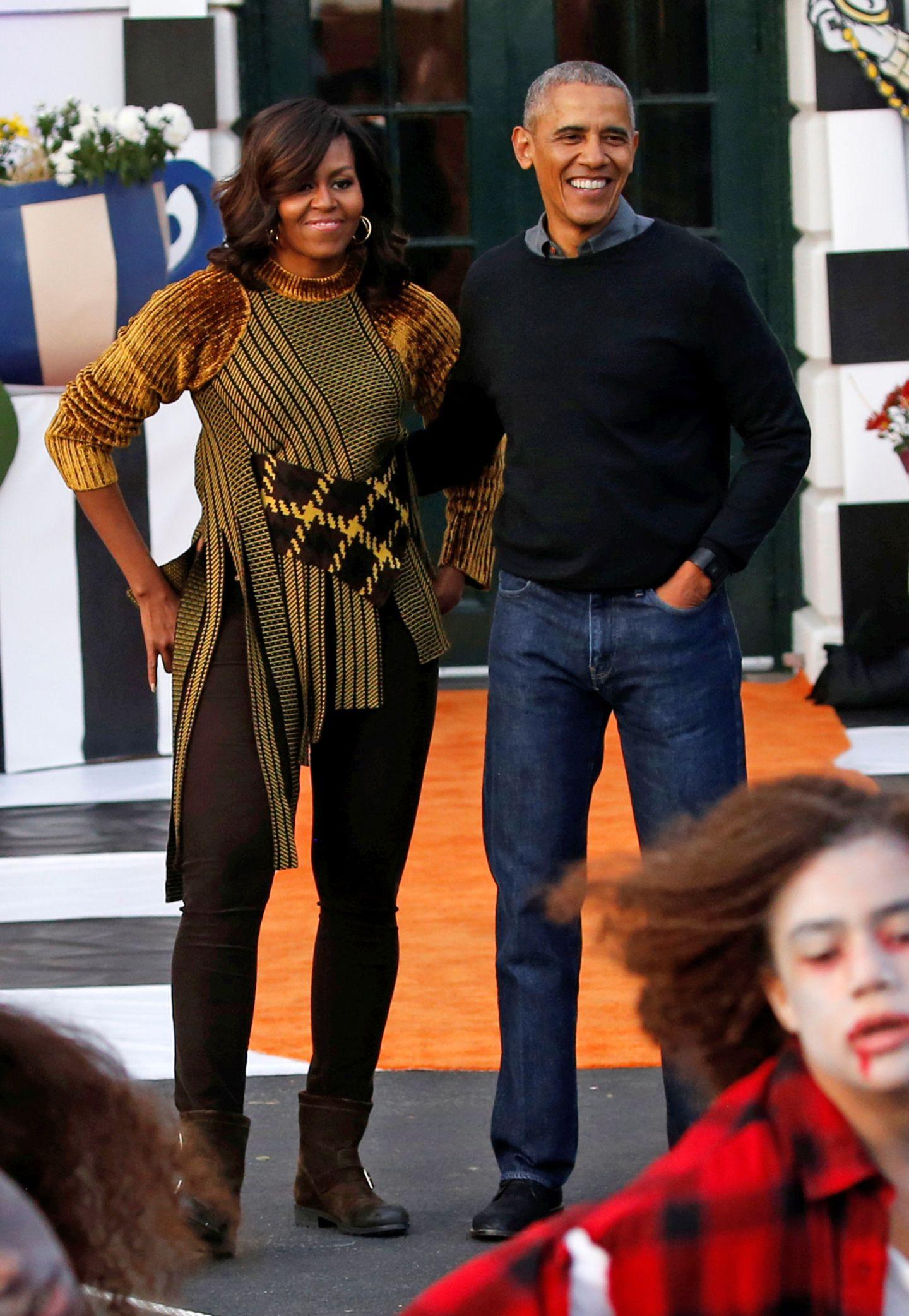 Die Halloween-Party im Weißen Haus feiert Michelle Obama mit ihrem Mann Barack betont lässig, aber stylisch.