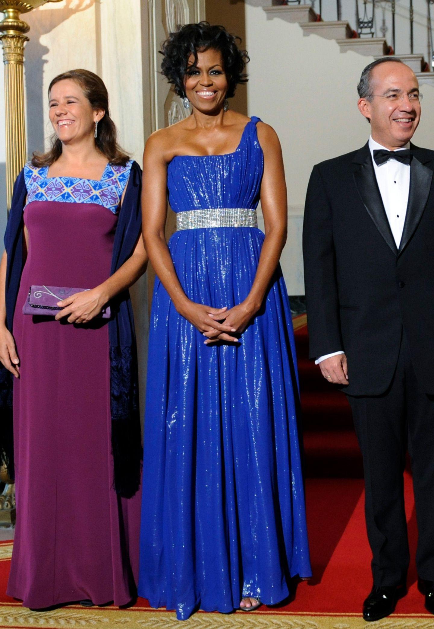 Beim Staatsdinner zum Empfang des mexikanischen Präsidenten Felipe Calderon und seiner Frau Margarita überstrahlt Michelle alle Gäste in diesem blauen Glamour-Kleid.
