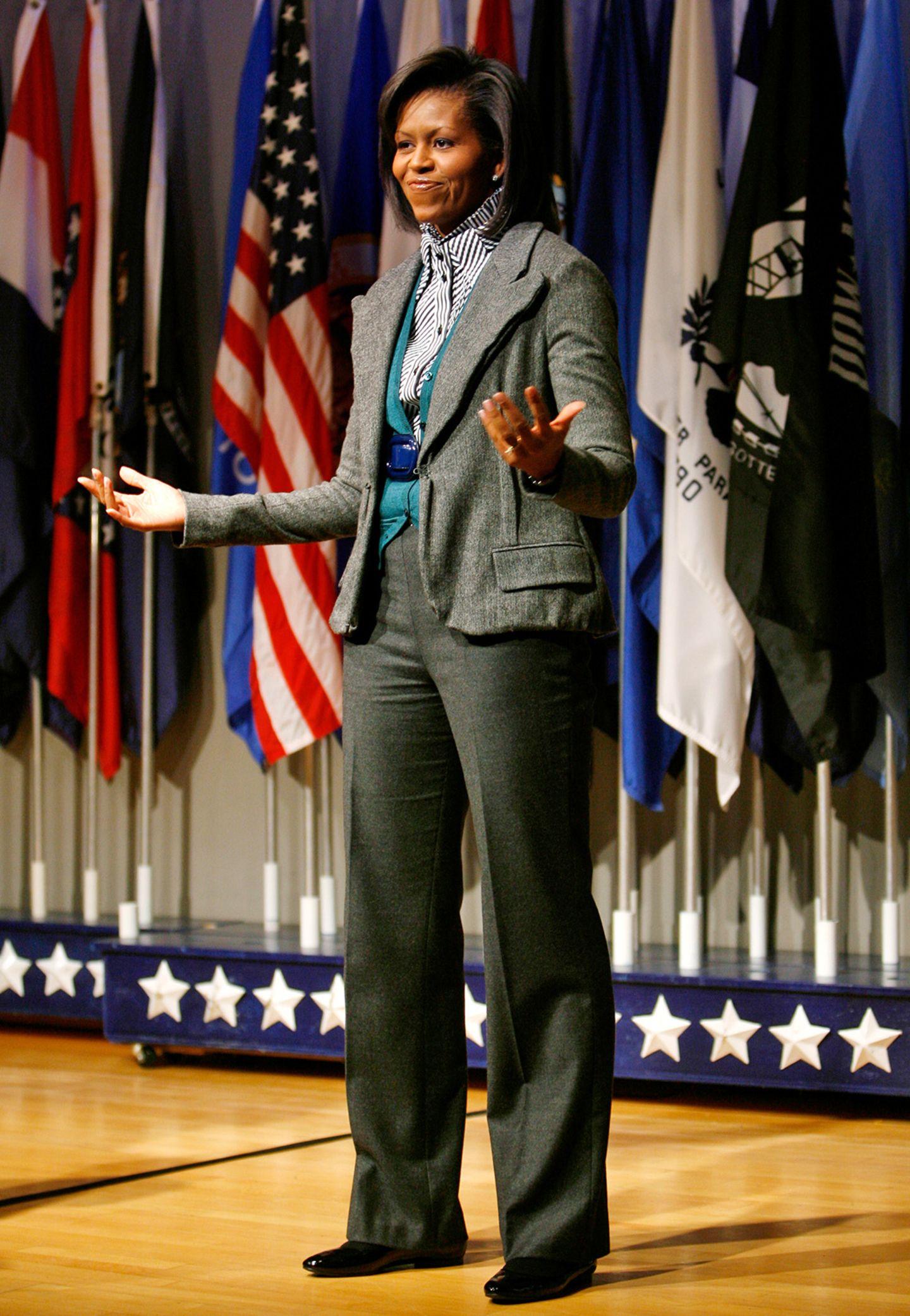 First Lady Michelle Obama kann sogar den etwas biedern Lehrer-Look im Tweed-Anzug stylisch aussehen lassen.