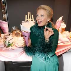 Ist nicht nur ein Hingucker, sondern sorgt immer für gute Laune: Moderatorin Barbara Schöneberger an der BARBARA-Candybar.