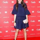 Moderatorin Johanna Klums blaues Kleid ist eins schöner Kontrast zum GALA-Teppich.