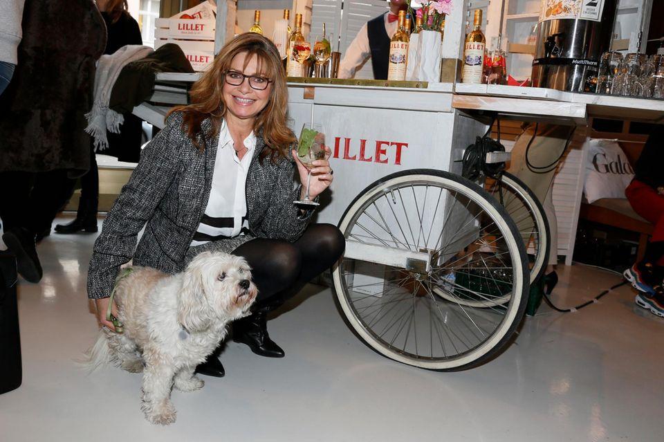 Maren Gilzer ließ sich das Event nicht entgehen und brachte ihren Hund Tinka mit zum GALA Fashion Brunch. Ein leckerer Lillet-Longdrink schmeckt in niedlicher Begleitung umso besser.
