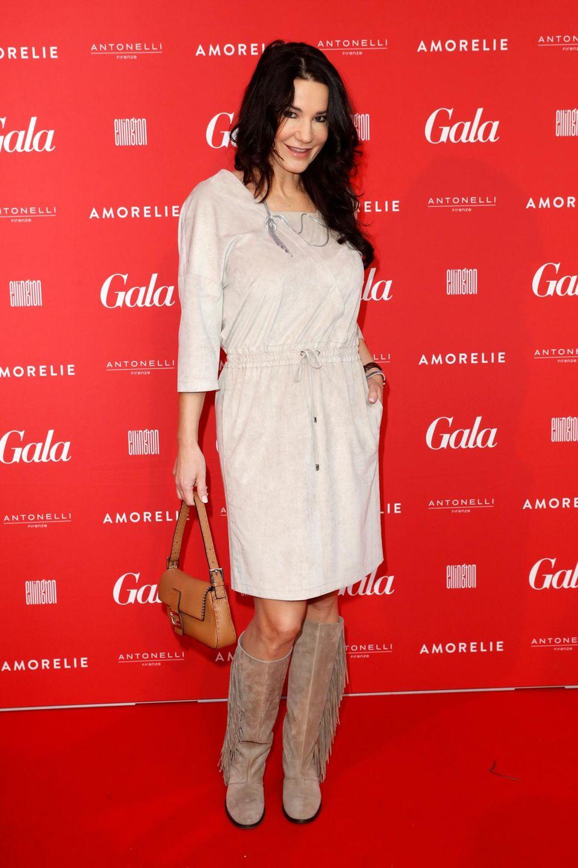 Auch Schauspielerin Mariella Ahrens posiert auf dem roten Teppich für die Fotografen.