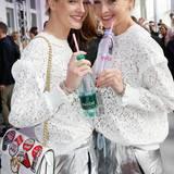 Die stylischen Zwillinge Julia und Nina Meise stoßen mit Evian & Badoit an.