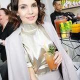Schauspielerin Nadine Warmuth genießt einen erfrischenden Frucht-Cocktail an der Bar von Rauch.