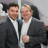 Lewin Berner (Sioux) und Heiko Hager (Gruner + Jahr) stoßen mit einem Glas Pommery-Champagner auf das gut besuchte Event an.