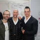 GALA-Modechef Marcus Luft freut sich über den Besuch von Timm Hartmann (Hartmann Communications) und Marco Berni von Antonelli, der die neue Frühjahr/Sommer-Kollektion präsentiert.