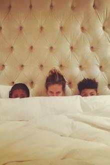Zeit zum Schlafengehen: Supermama Heidi Klum teilt ein lustiges Foto von ihr mit den Kids.
