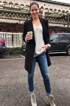 Ana Ivanovic hat erst vor einigen Wochen bekannt gegeben, dass sie offiziell ihre Karriere als Sportlerin beendet. Mit dieser Entscheidung scheint die Frau von Bastian Schweinsteiger super happy zu sein und zeigt sich strahlend schön in Jeans, Pullover und Kurzmantel. In Zukunft möchte sie sich mehr auf Fashion und Beauty konzentrieren.