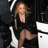 Tiefes Dekolleté und hoher Beinschlitz: Mariah Carey zeigt sich wie gewohnt leicht bekleidet, sexy und in aufreizender Netzstrumpfhose.