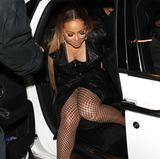 Auch wenn Netzstrumpfhose derzeit wieder super angesagt sind, übertreibt es Sängerin Mariah Carey mal wieder und gewährt tiefe Einblicke in ihren Schritt.
